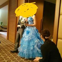 カラードレスの方です。