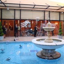 中庭の噴水 フラワーシャワーの時