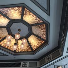天井はシックな感じ!