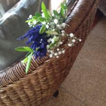 挙式の椅子につけられたかわいい花