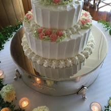 ケーキの色味がなかったので装花は豪華に