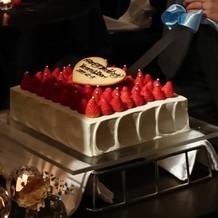 いちごがいっぱいのウエディングケーキ
