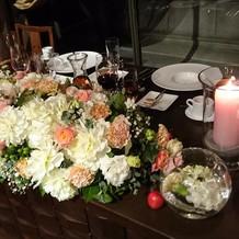 暗めの会場でキャンドルとお花がきれい
