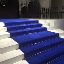 階段真ん中が広いのが特徴的。