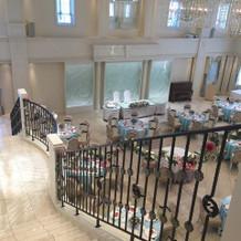 階段上から見た披露宴会場。