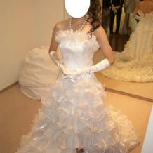 スリットの入ったドレスが特徴