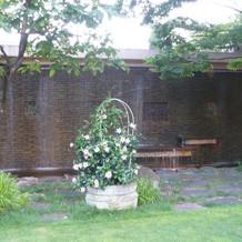 ガーデン 滝が流れています