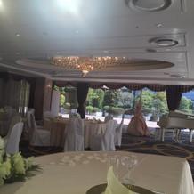 披露宴会場。絨毯の色が濃い紺色です
