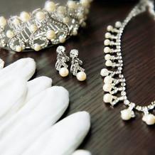 白ドレスのアクセサリー