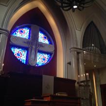 教会は本格的なオルガンと聖歌隊が当日迎え