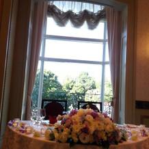 新郎新婦席の後ろに窓があるので華やかです