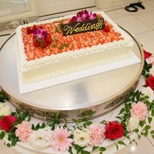 ウェディングケーキを飾るお花