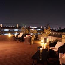 夜のテラスと夜景がロマンチックです。