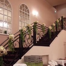 披露宴会場の階段も飾りつけ♪