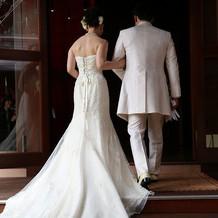 緩めのマーメイド。新郎もこの白一着です。