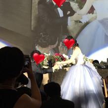 ゲストから集めたバラを最後に新婦へ
