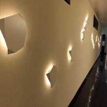 披露宴会場への廊下はモダンな雰囲気