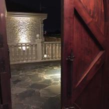 木の重い扉がいい雰囲気を出しています