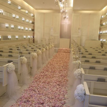 チャペル、ピンクの花びら絨毯はオプション
