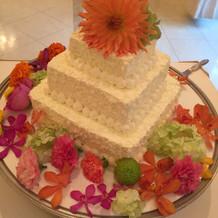 ケーキの花も周りの花もそれぞれ別料金