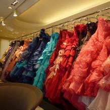 色鮮やかなドレス1