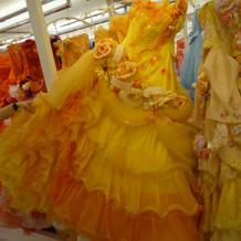 TUTUのドレス。裾のオレンジが鮮やか