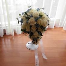 白バラと水色のブルースターのブーケ