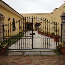 この門をくぐるとヨーロッパの田舎町