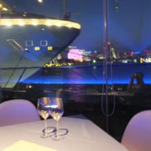 窓から見える景色と船