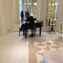 それぞれの部屋にピアノがあり、使えます