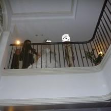 階段の上から降りてこられます