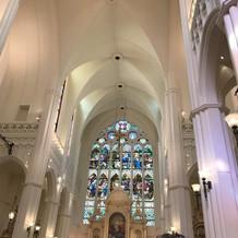 教会の中のステンドグラス