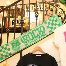 階段はフェスのTシャツやタオルを飾り、