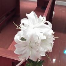 チャペル内の椅子に飾ってある造花