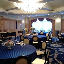 高級感ある青い絨毯の披露宴会場