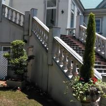 階段はやや年季が入っています。