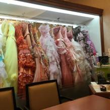 待合室から見えるカラードレス