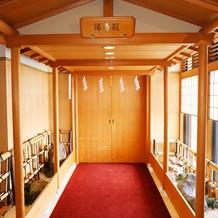 厳かな神殿。ホテルの館内に有り。