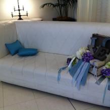 受け付け付近のソファー