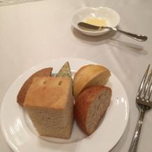 五種のパンとバター