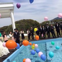 みんなで楽しくプールに風船投げました。