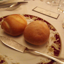 パン(料理によって柄付きのお皿で提供)