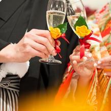 シャンパン。高砂のグラスには花。