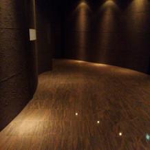 チェペルまでの廊下。敢えて暗め