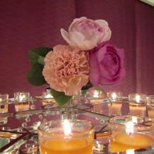 何十ものキャンドルと装花で装飾