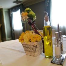 装花と小物で可愛くテーブルを演出