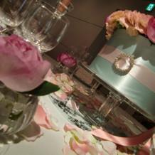 ゲストテーブルを彩る花と花びら