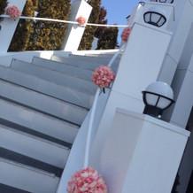 白の階段にフラワーが凄く素敵でした!