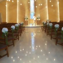 優しい光がさしこむ挙式会場。