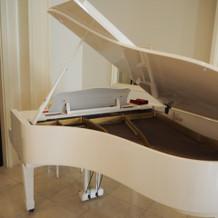 ピアノは白いです